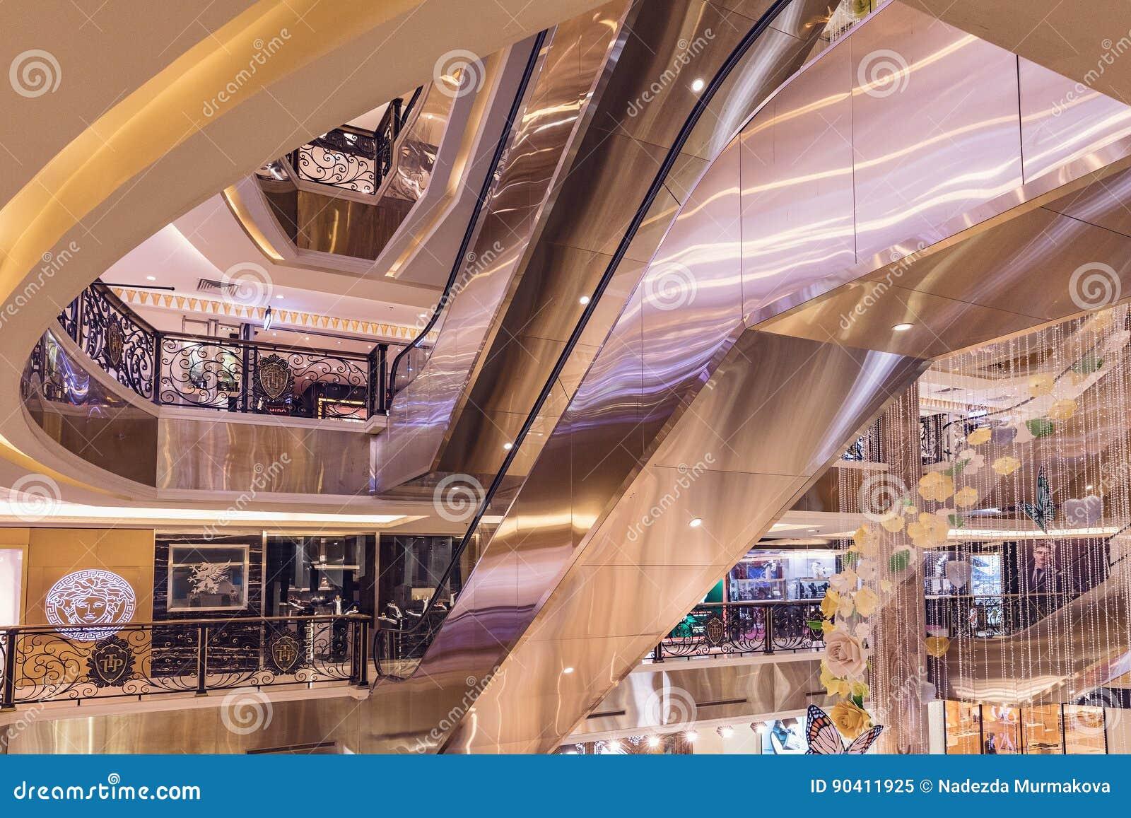 HANOÏ, VIETNAM - 8 MARS 2017 L intérieur d un centre commercial de luxe Trang Tien Plaza