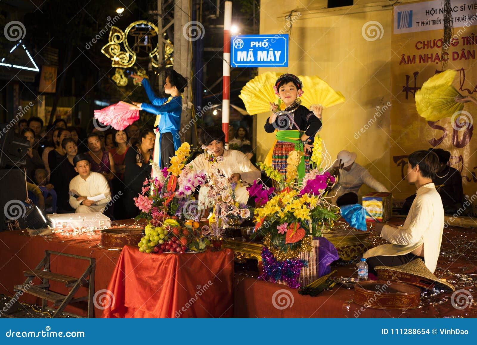 Hanoï, Vietnam - 2 novembre 2014 : Les artistes vietnamiens exécutent la musique folk et la chanson sur St de mA mai, vieille vil