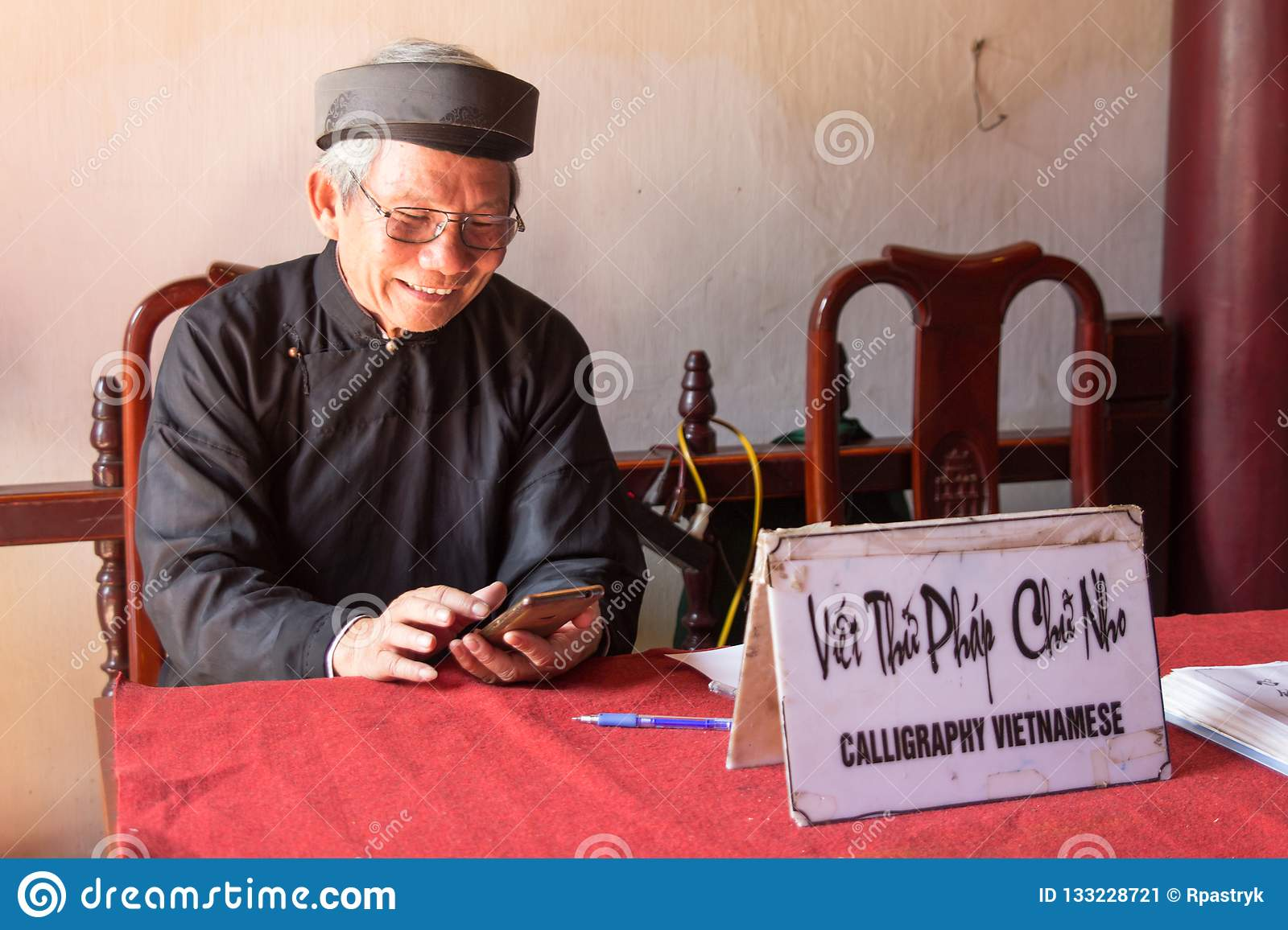 Vietnamese calligraphy lessons and services in Hanoi