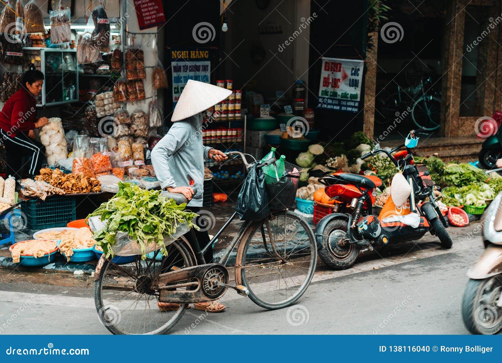 Hanoi, Vietnam, 12 20 18: Het leven in de straat in Hanoi De verkopers proberen om hun goederen in de bezige straten van Hanoi te