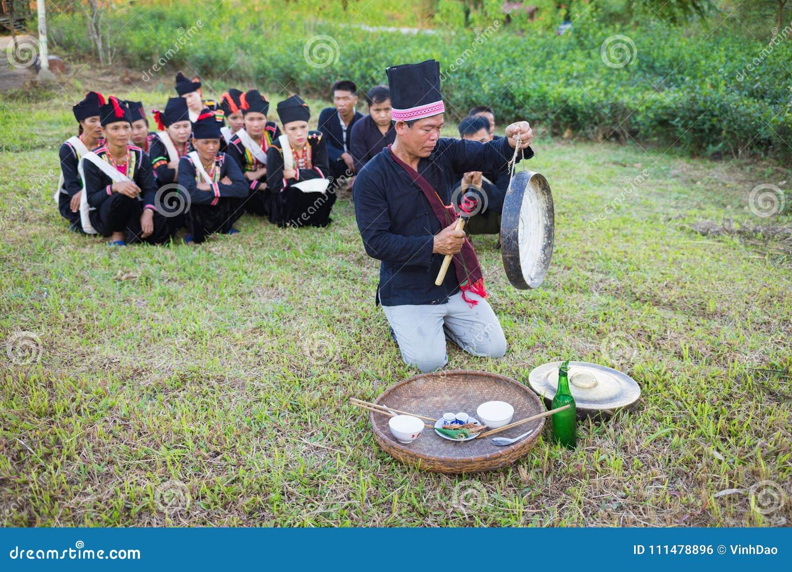 Hanoi, Vietnam - 15 novembre 2015: La gente di minoranza etnica esegue la pioggia tradizionale che prega il ceremonial in villagg