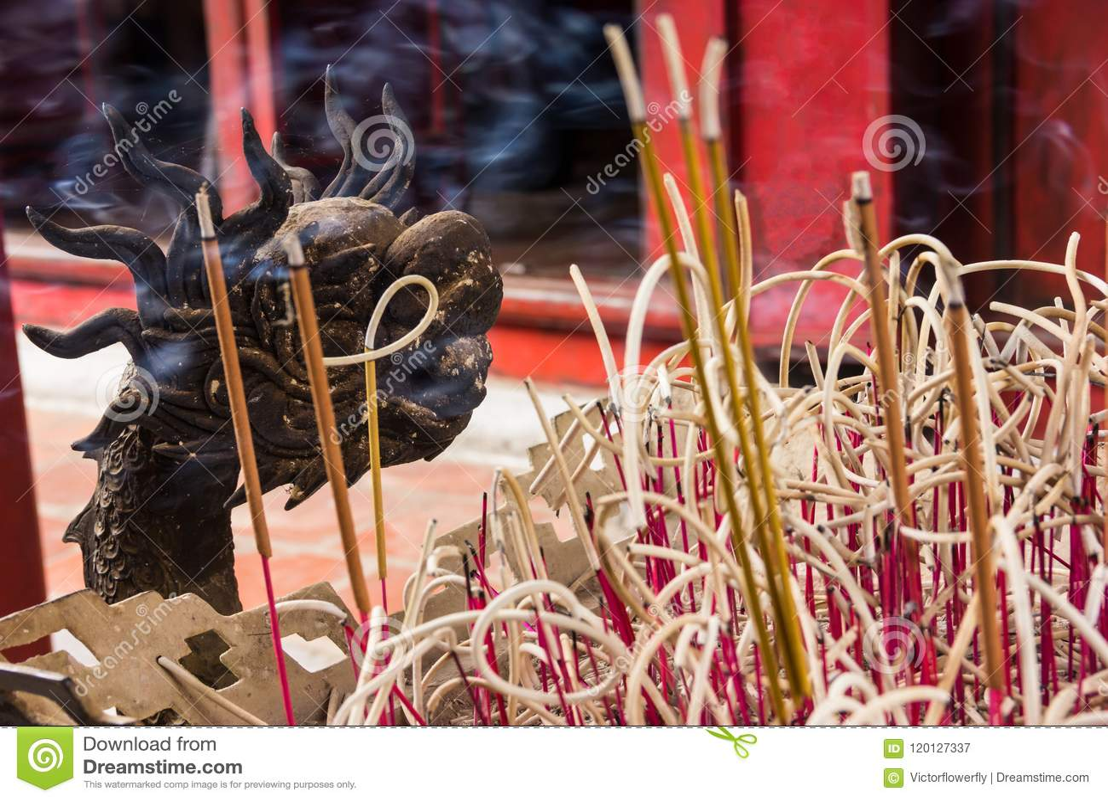 Hanoi, Vietname - 21 de outubro de 2017: teste padrão decorativo detalhado do potenciômetro do incenso da vara de Joss do dragão