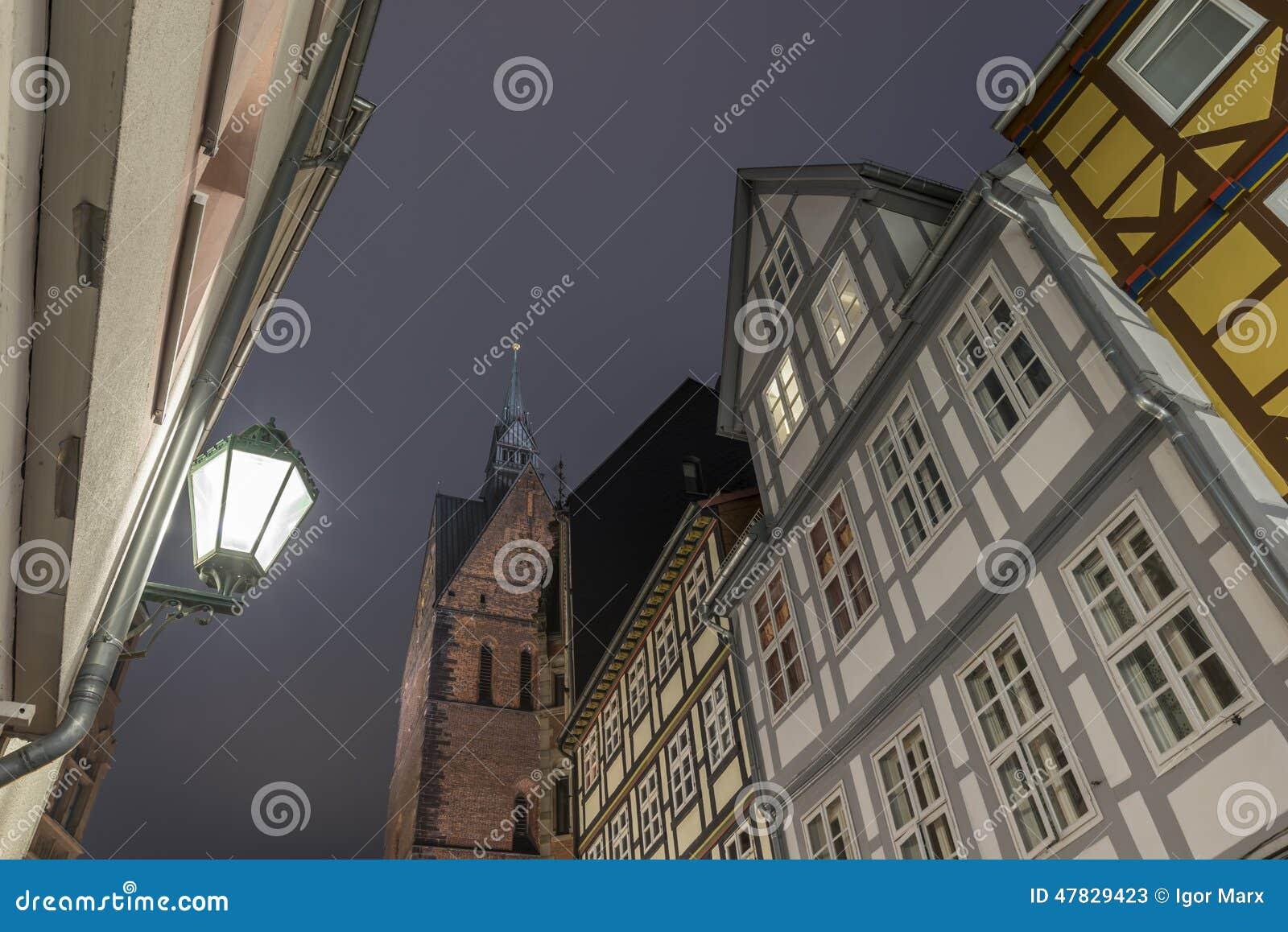 HANOVER, 05 DUITSLAND-DECEMBER, 2014: Hanover Marktkirche en straatmening bij avond