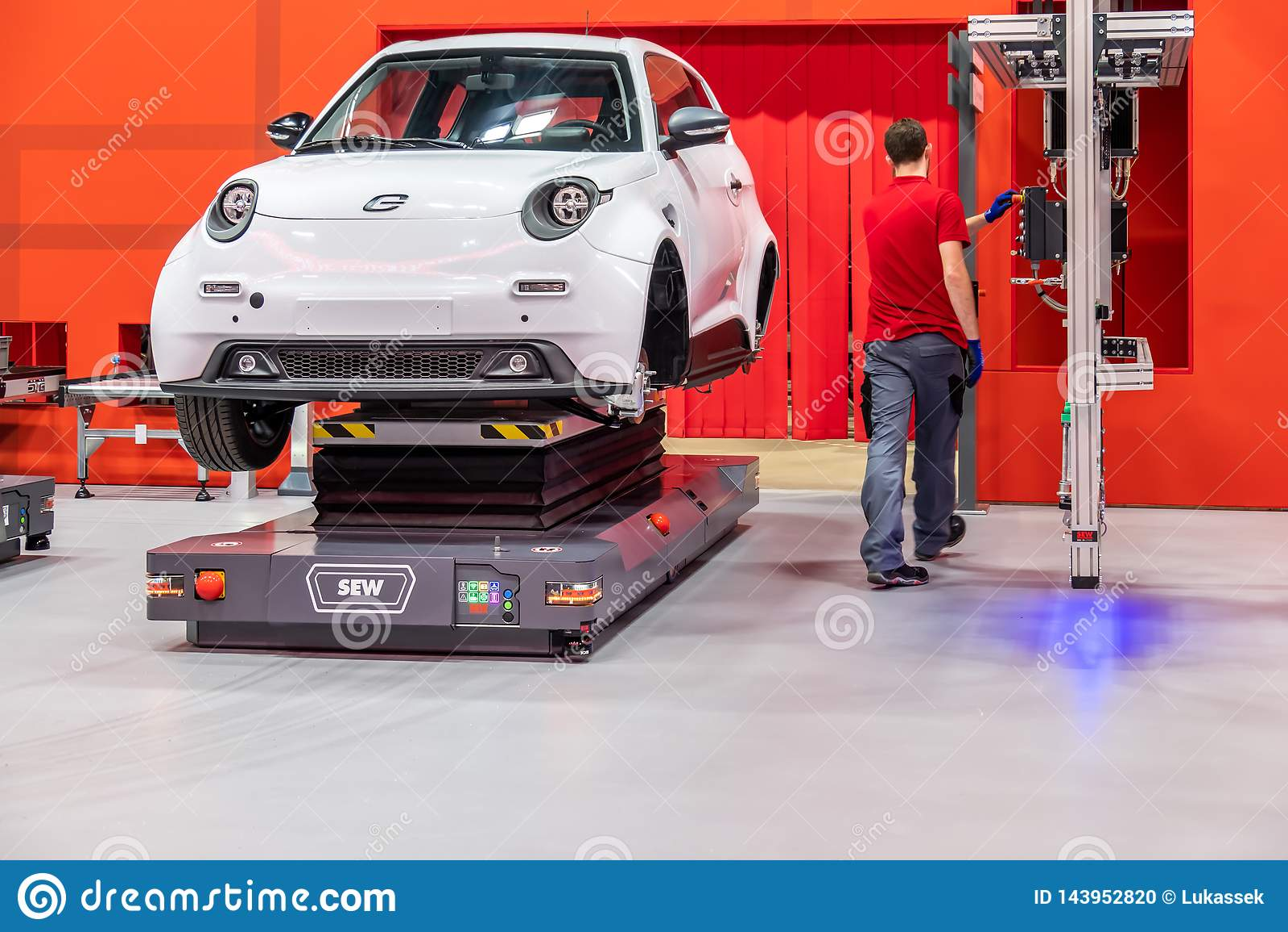 Hanovre, Allemagne - 2 avril 2019 : COUSEZ Eurodrive présente la production du nouvel E électrique S ATTAQUENT la voiture au