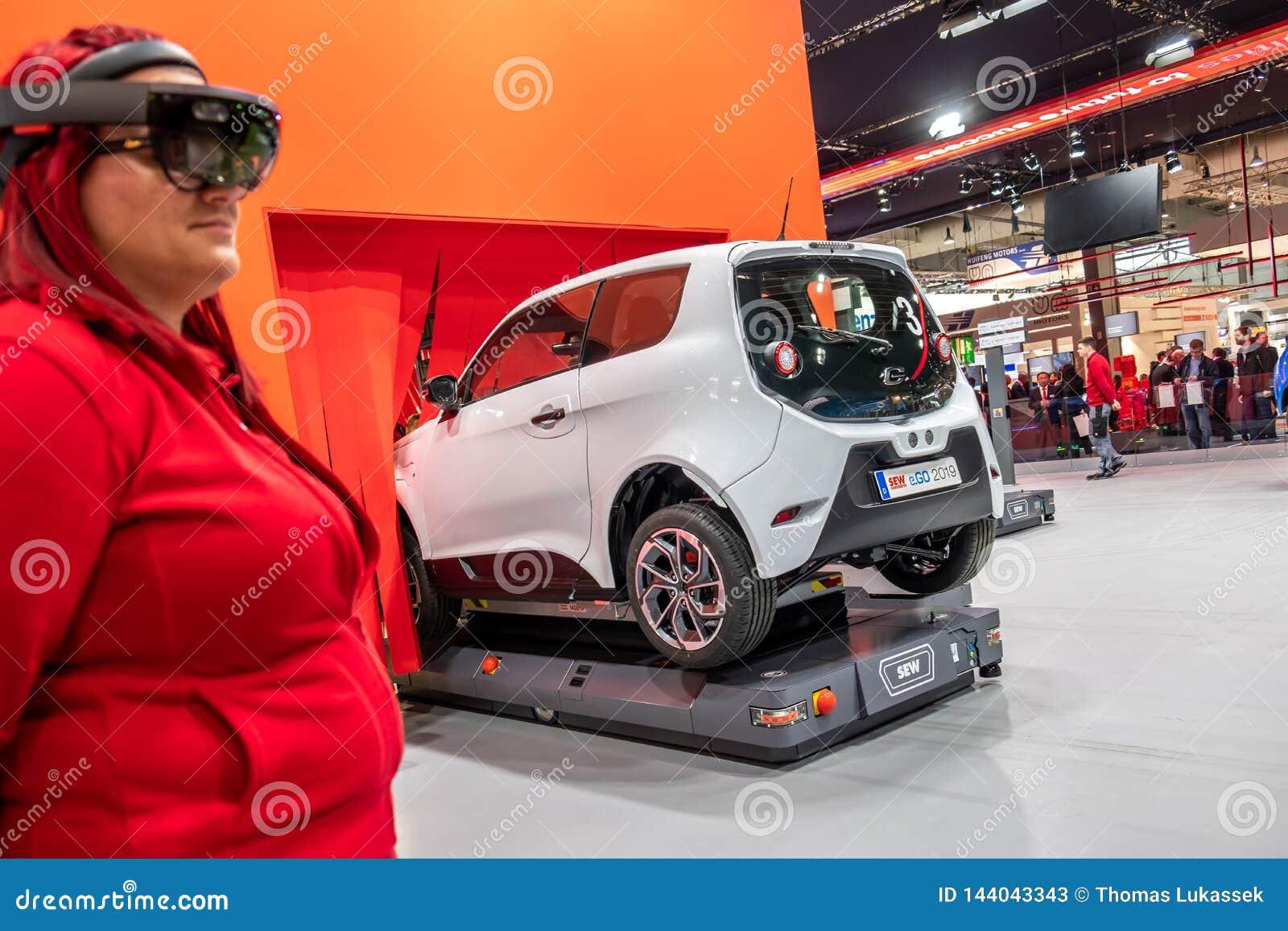 Hanovre, Allemagne - 2 avril 2019 : COUSEZ Eurodrive pr?sente la production du nouvel E ?lectrique S ATTAQUENT la voiture au