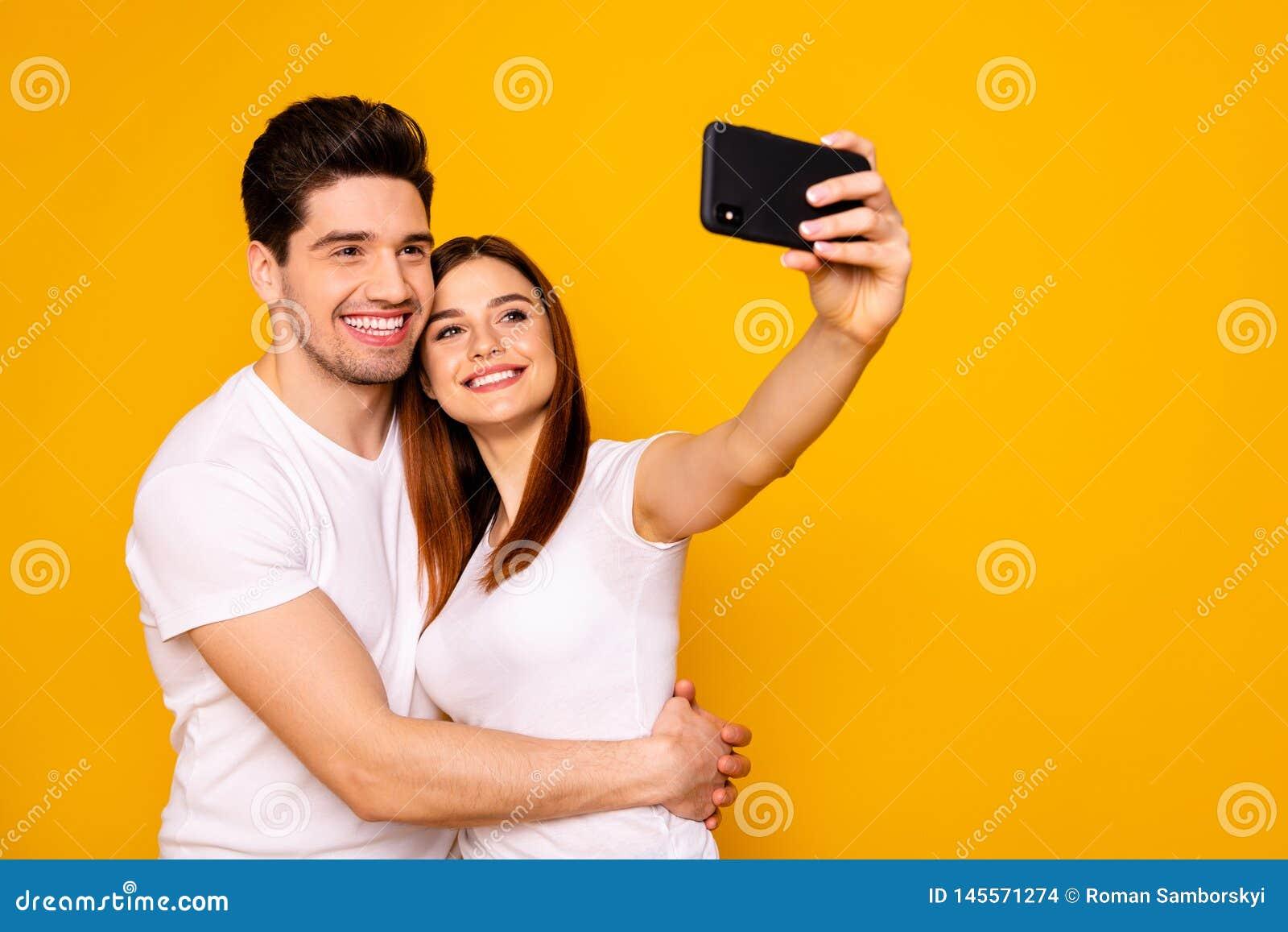 Hans stående av honom henne henne två trevliga attraktiva älskvärda gladlynta glade positiva personer som gör att ta selfie som f