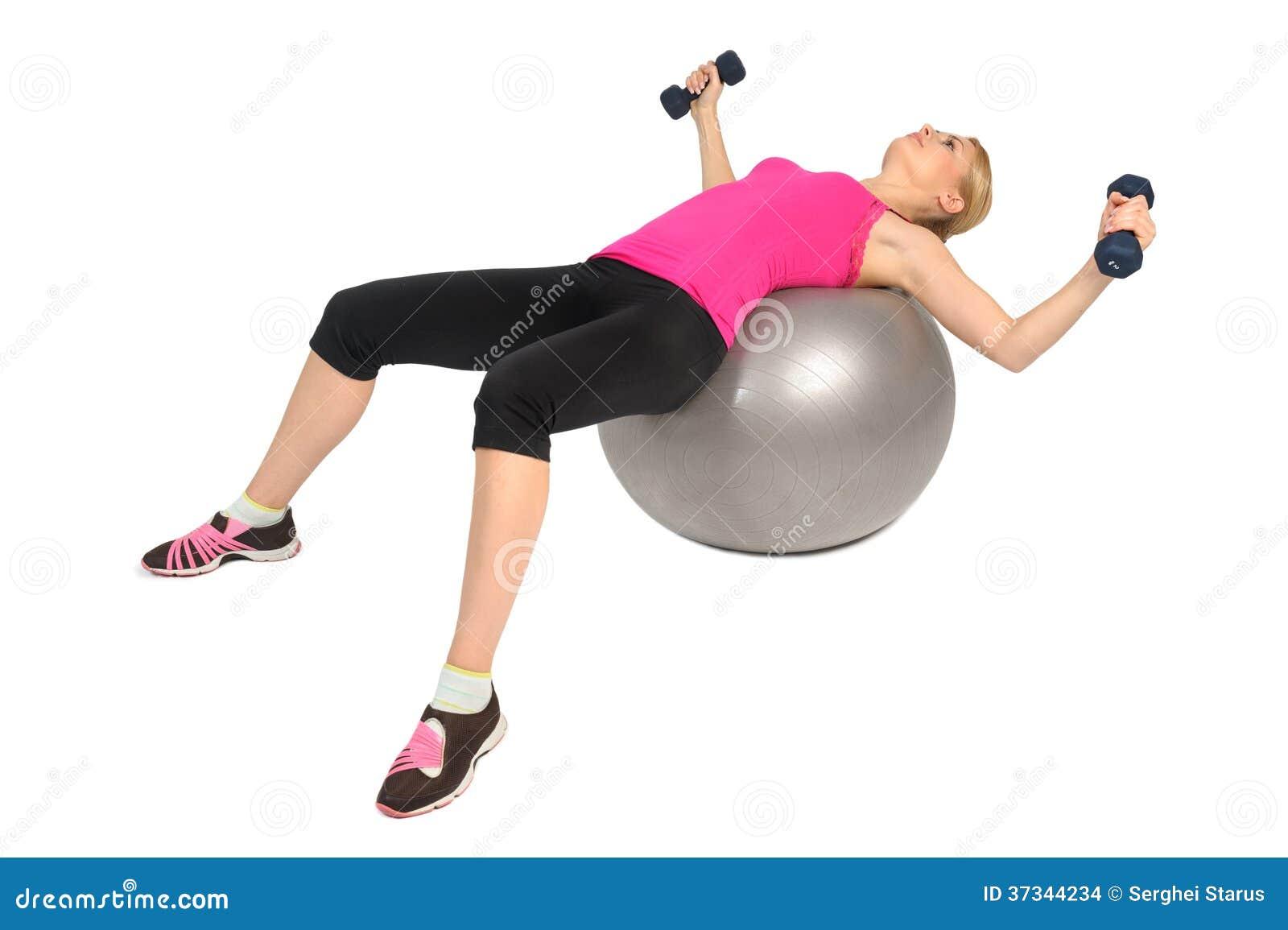 Hantelbröstkorgfluga på övning för stabilitetskonditionboll