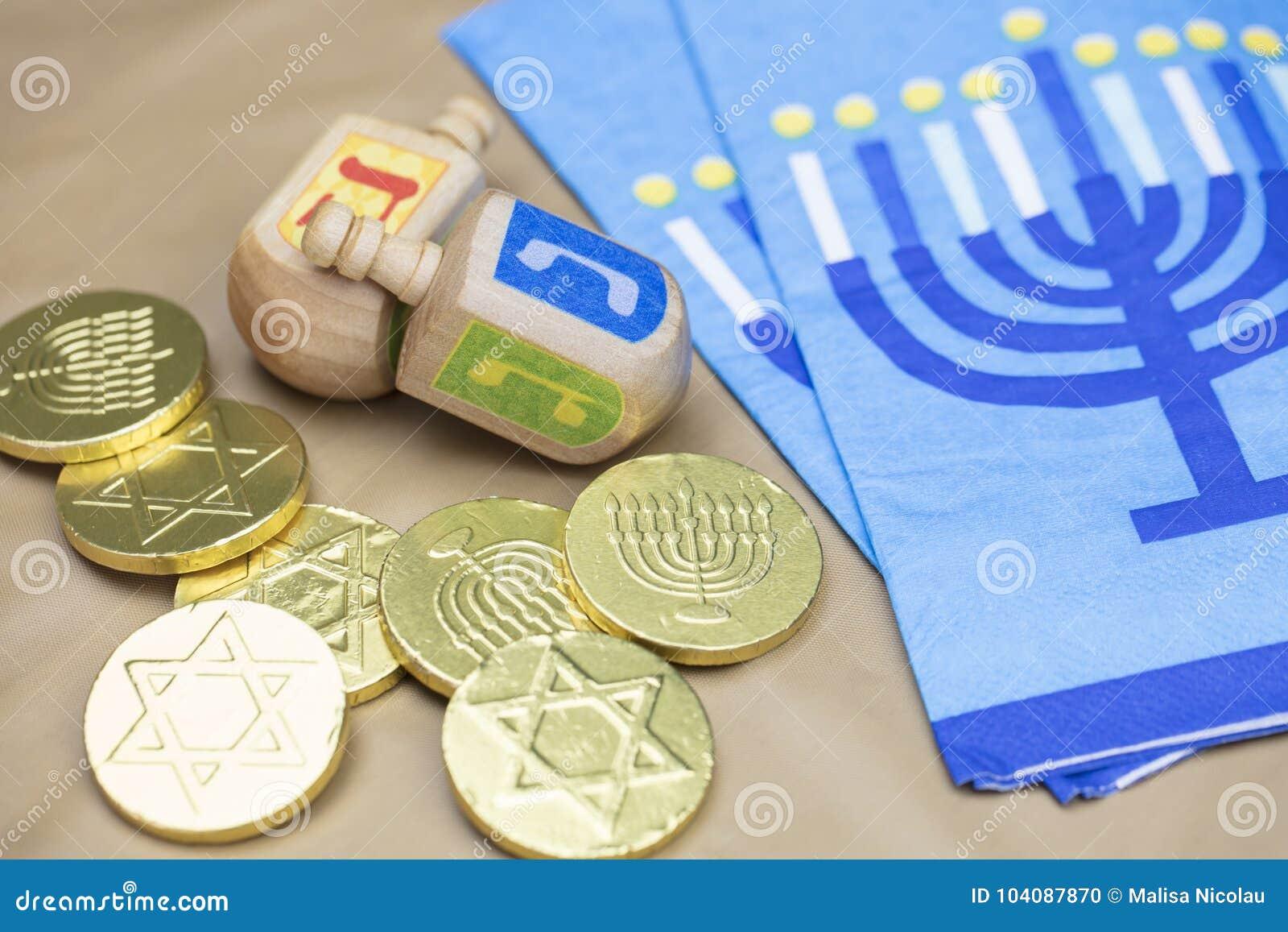 Hanukkah Dreidels, guardanapo e moedas de Gelt do chocolate