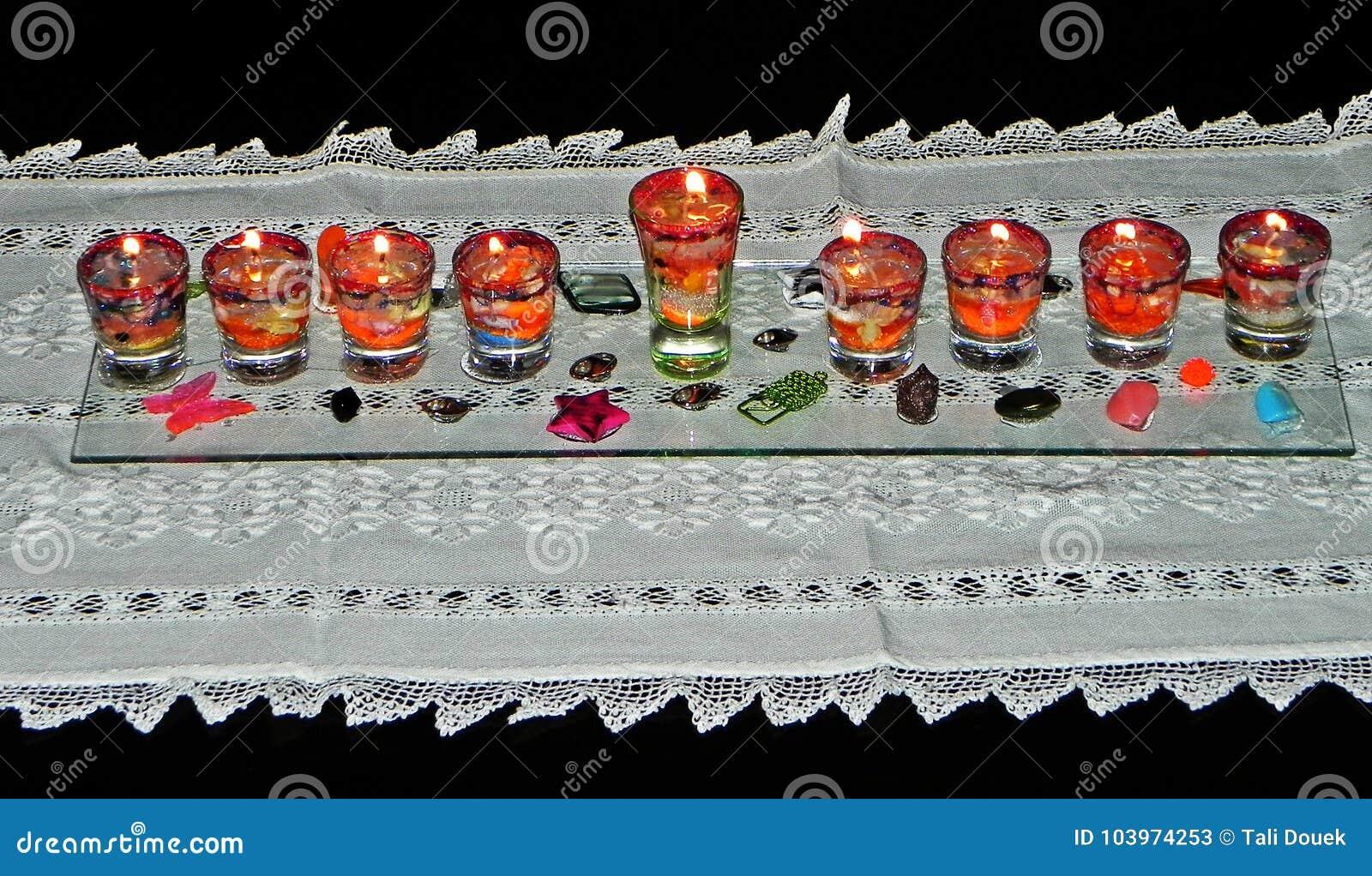 Hanukkah lampa & x28; hanukia& x29; z zaświecać świeczkami