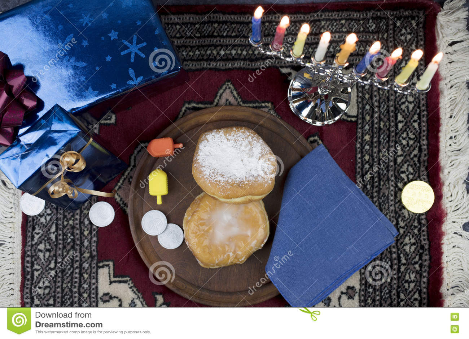 Hanukkah Menorah com velas, os presentes, o Dreidel e Jelly Fill iluminados
