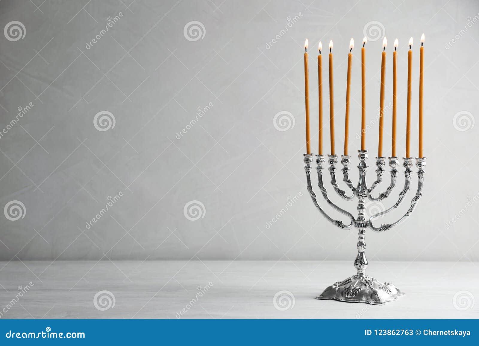 Hanukkah menorah na stole