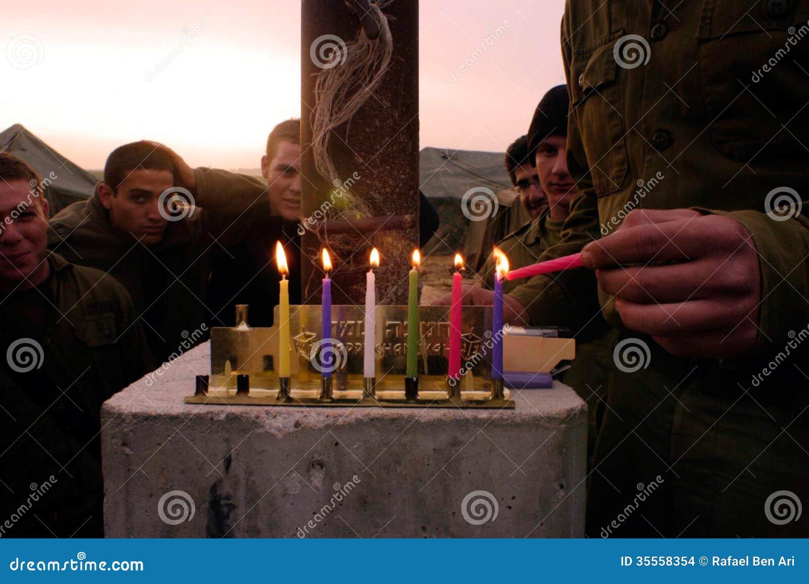 Hanukkah - soldados israelitas que iluminam um Chanukiah