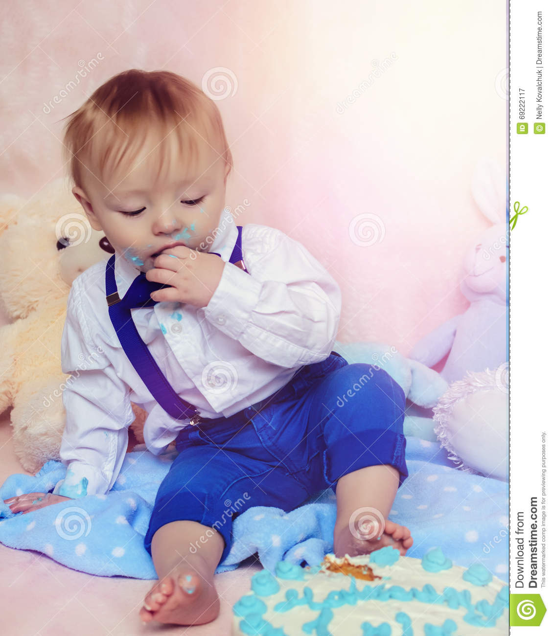 Baby Eating Cake Clipart : Happy Baby Boy Eating Cake For His First Birthday Party ...