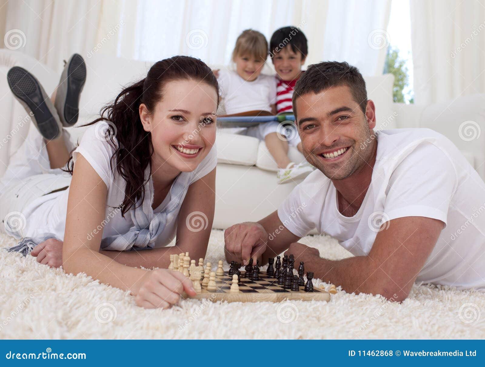 Супружеские пары играют в карты
