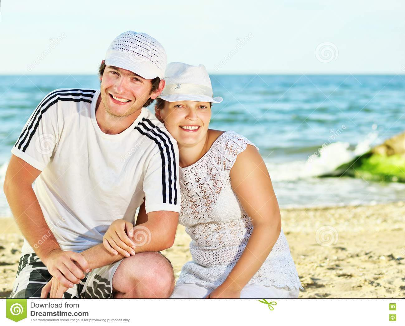https://thumbs.dreamstime.com/z/happy-couple-sea-beach-14276420.jpg