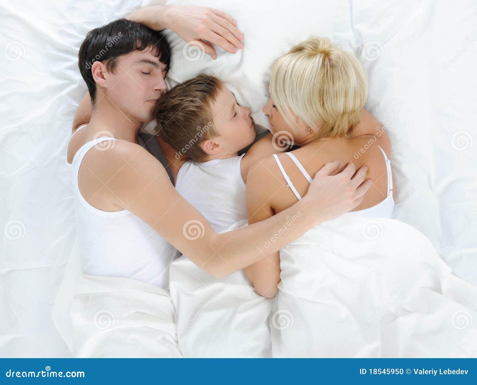Секс мамы с сыном в спальне, Реальное русское онлайн видео секса матери с сыном 28 фотография