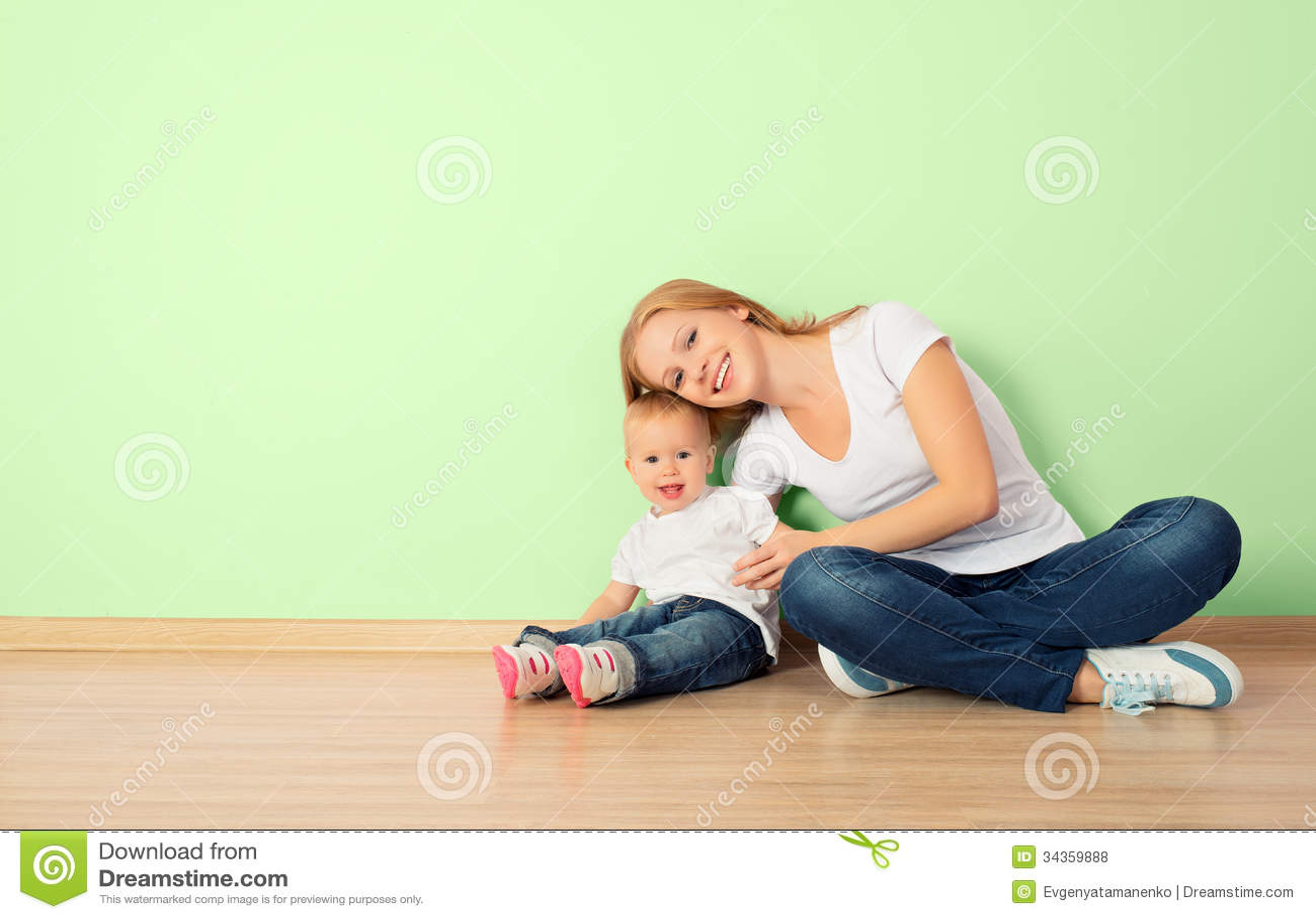 С мамой на полу 8 фотография