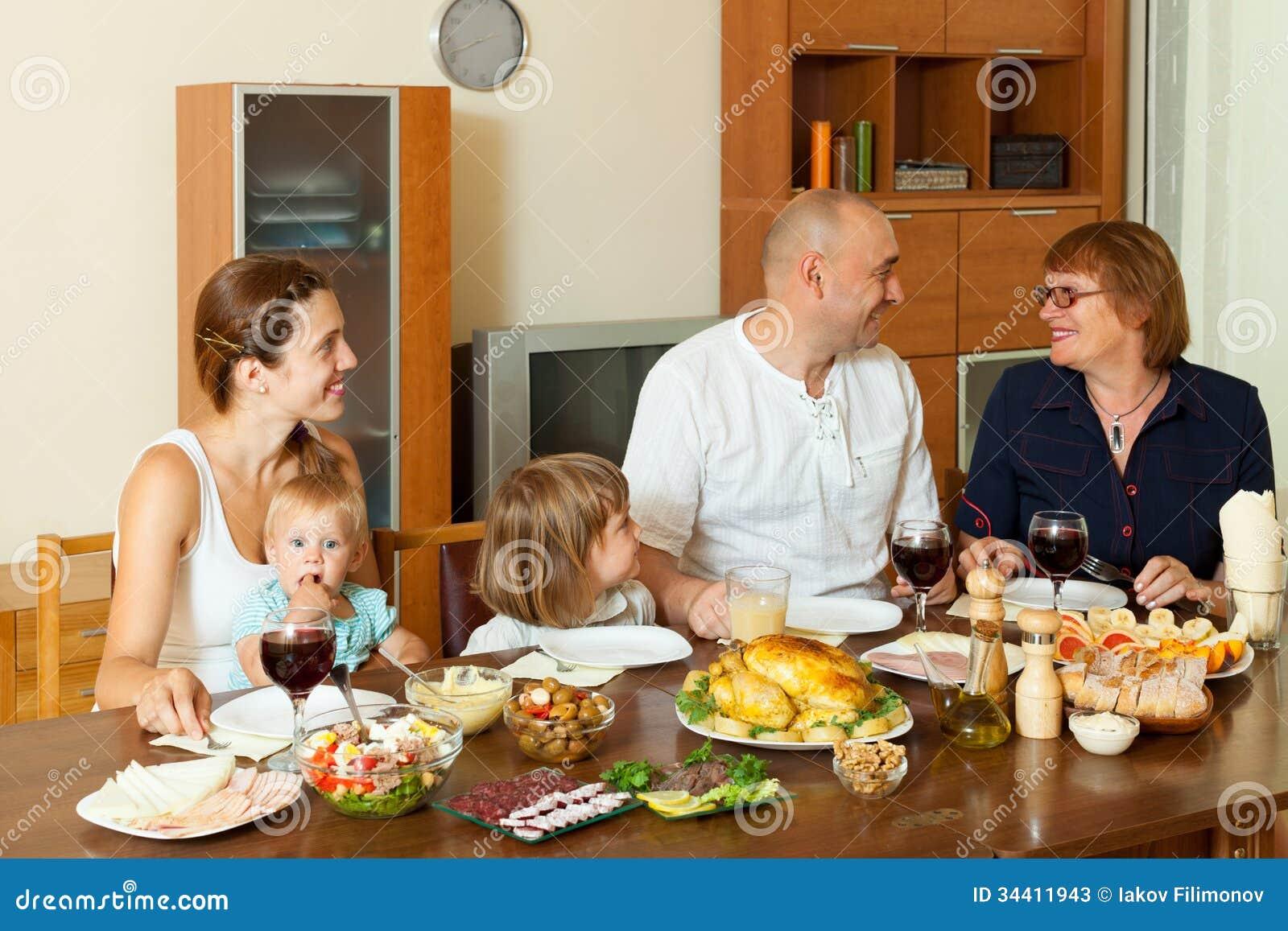 Happy family over dining table stock photos image 34411943 - El comedor de familia ...