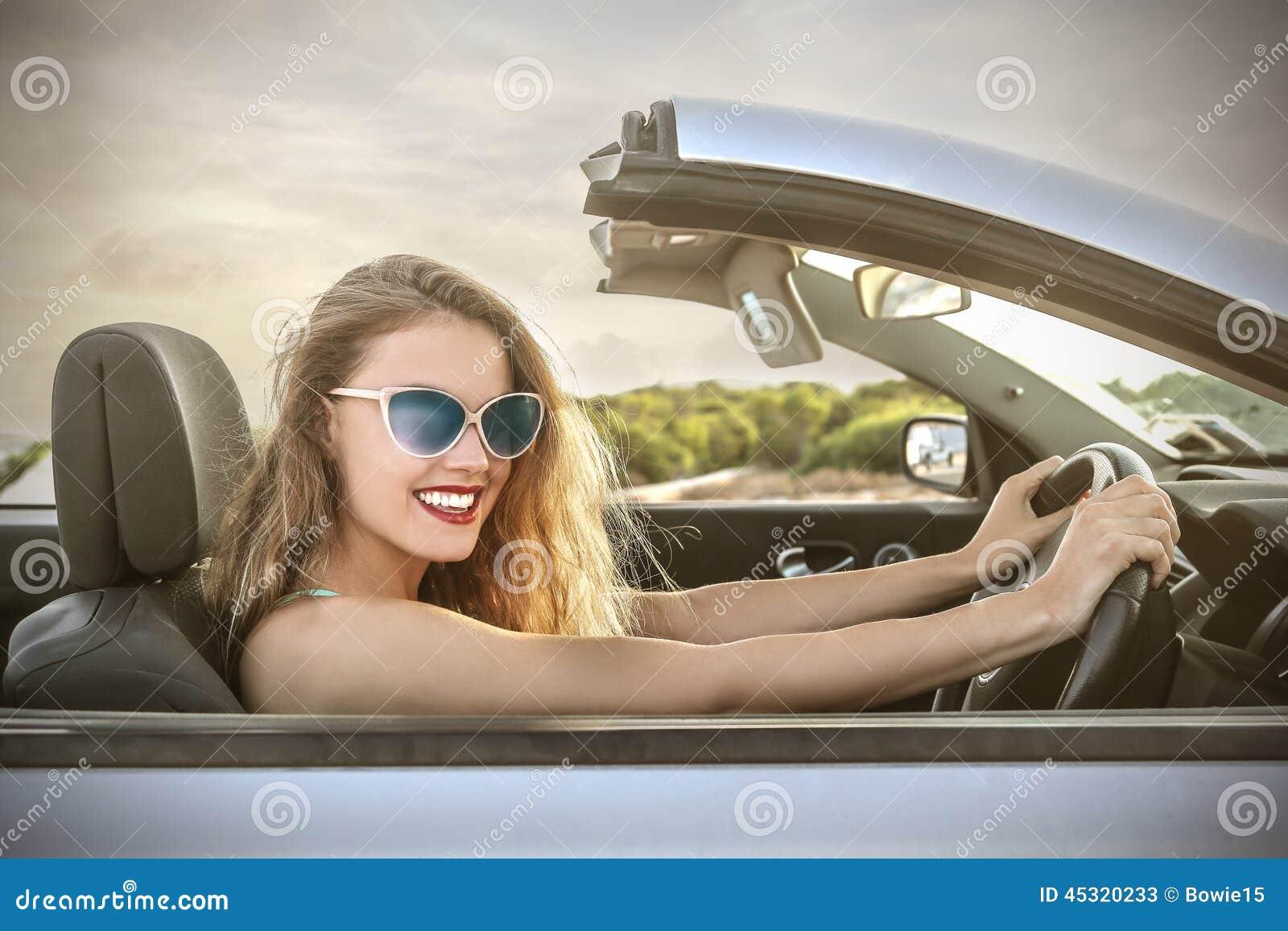 Blonde Mädchen fahren — bild 1