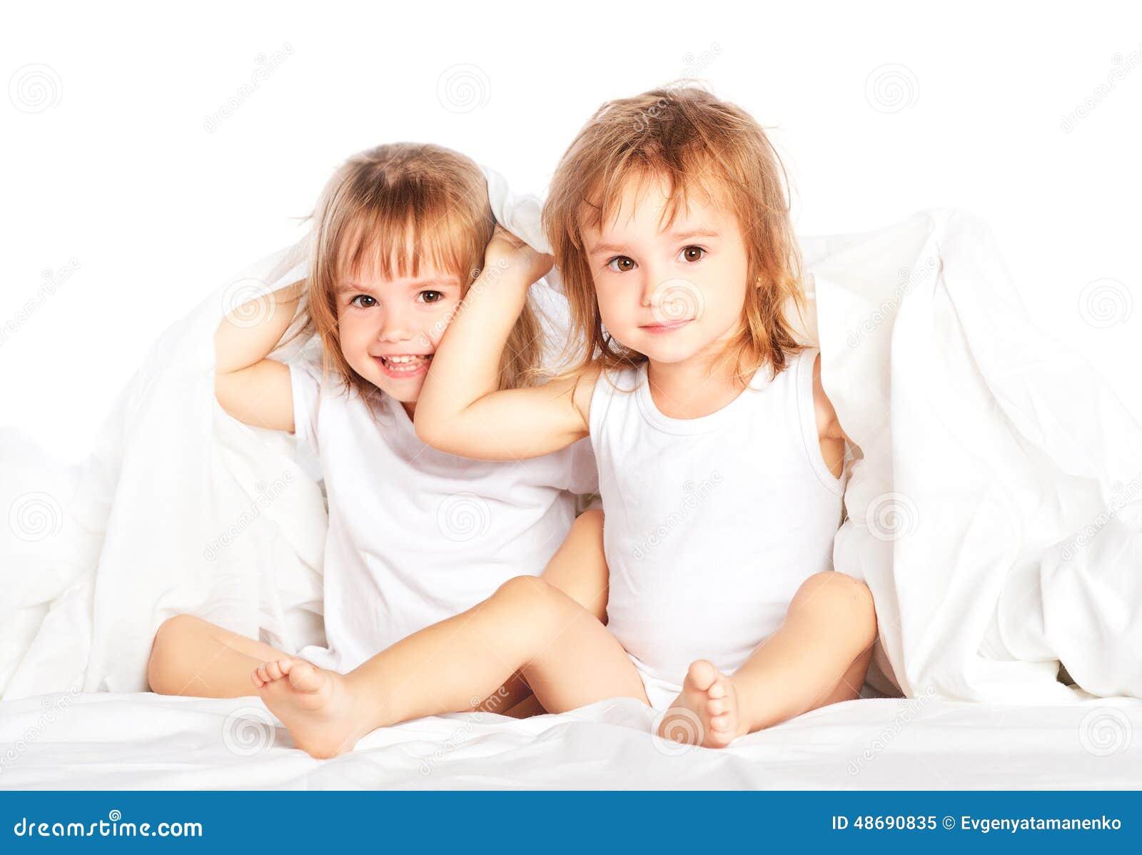 Сестры в постели 13 фотография