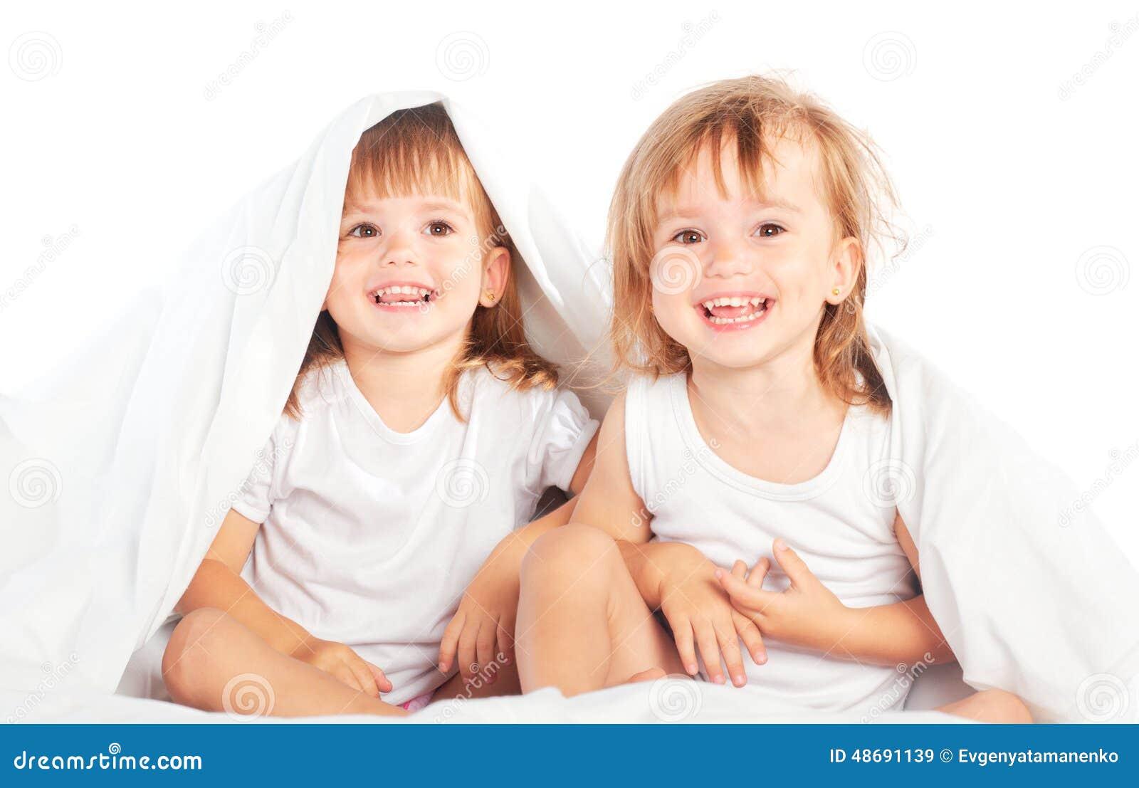 Сестры в постели 11 фотография