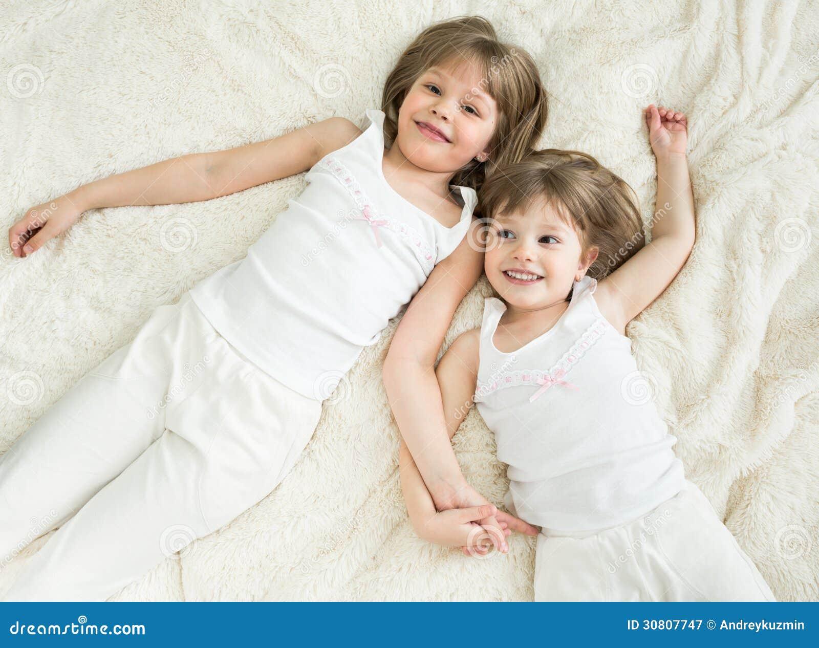Сестры в кровати 1 фотография