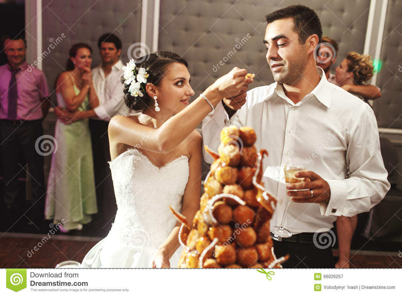 dream meaning eating wedding cake happy married delicious chocolate wedding 13733