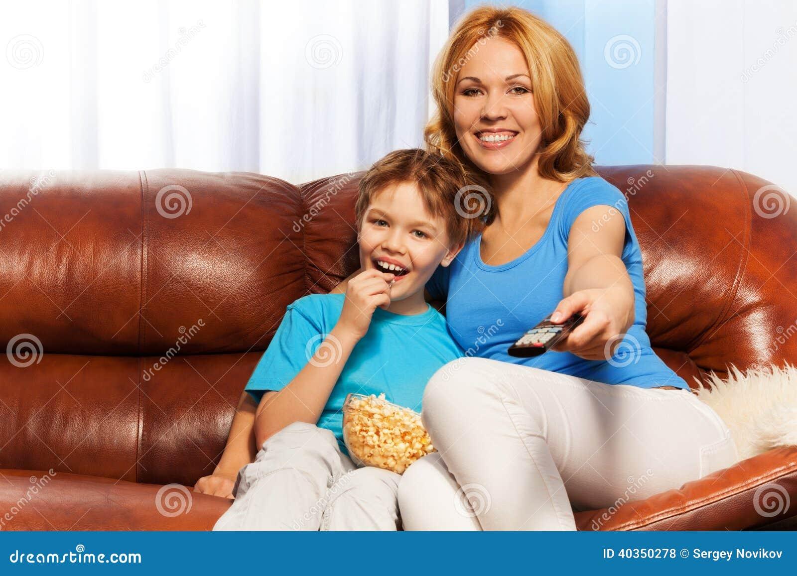 Секс сын трахает мать на диване, Порно русских мамочек, сын трахает маму 22 фотография