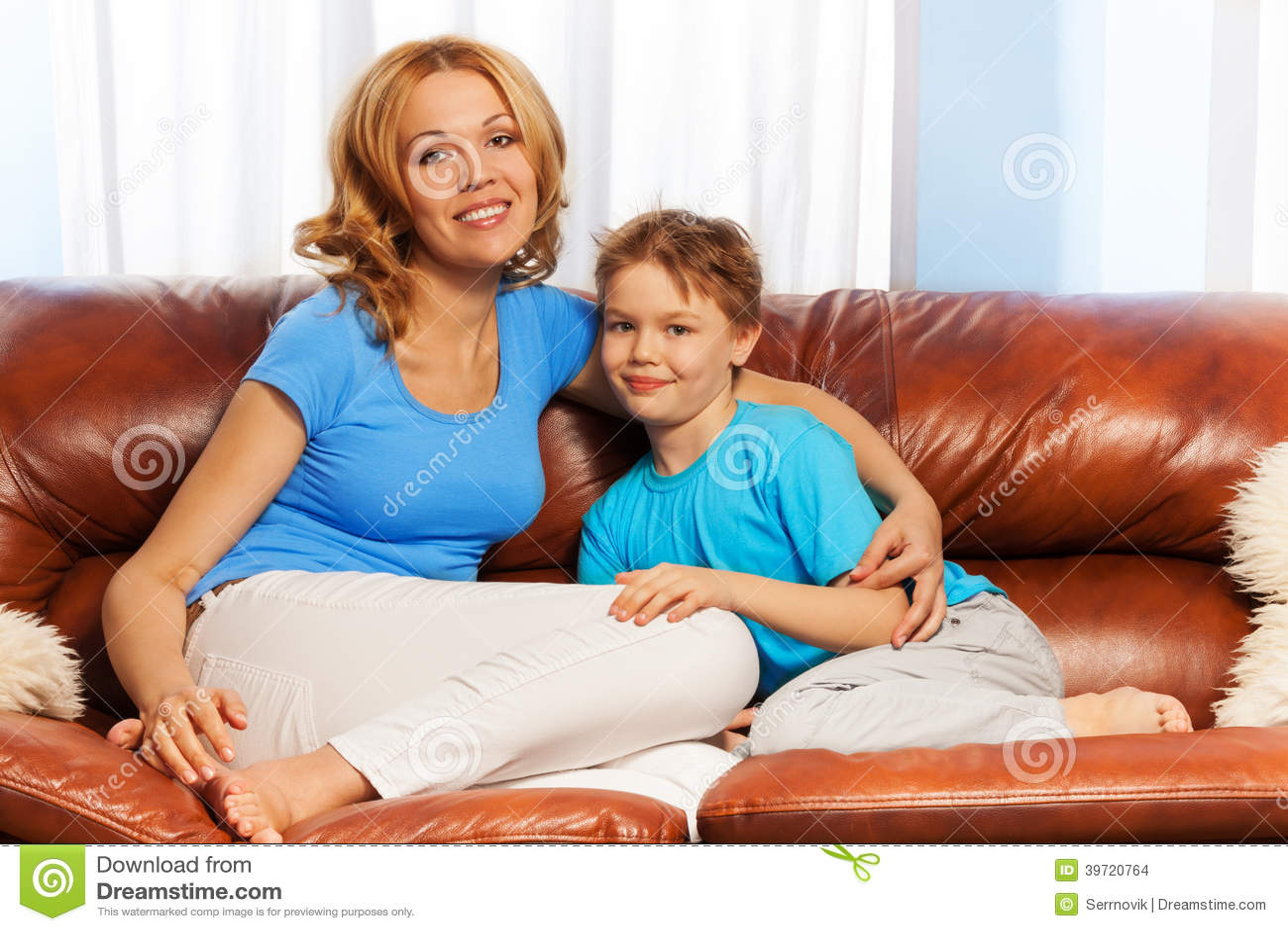 Сын с мамой на диване 5 фотография