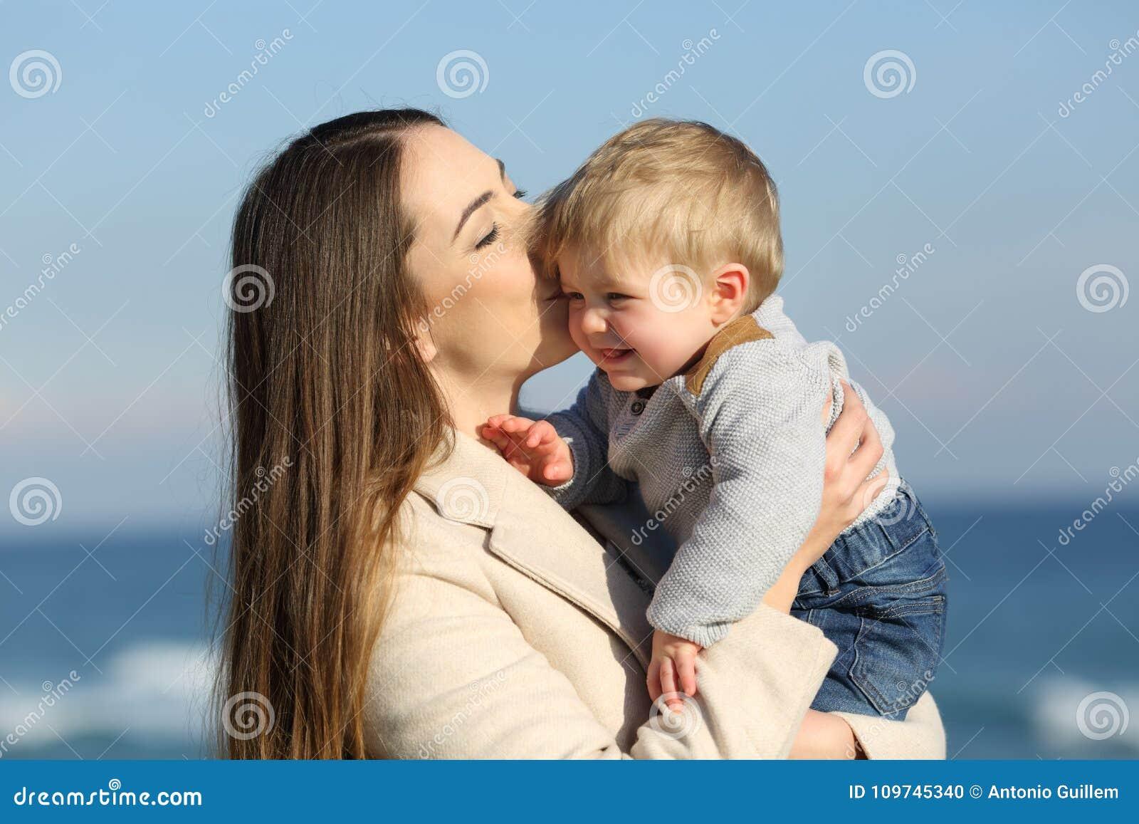 Men other mom kissing