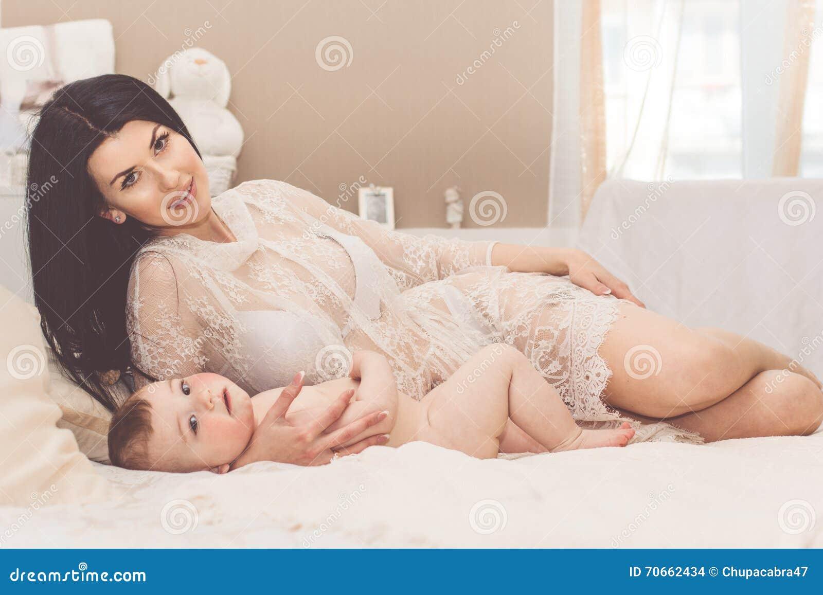 Секс мамы с сыном в спальне, Реальное русское онлайн видео секса матери с сыном 1 фотография