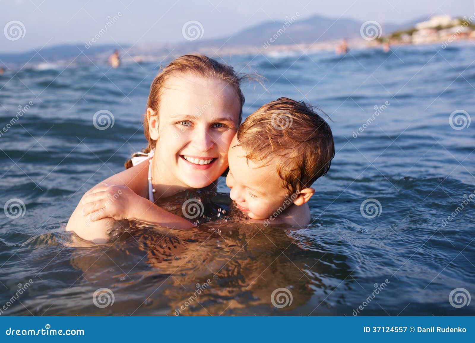 Сын купается с мамой 7 фотография