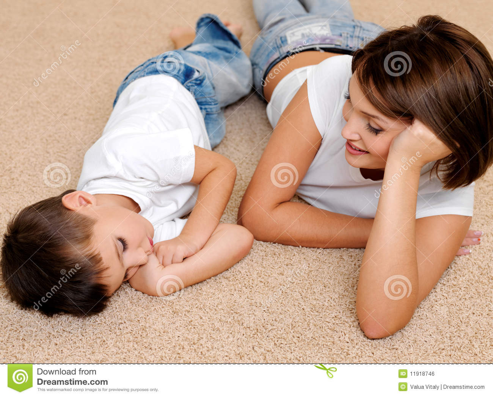 С мамой на полу 15 фотография