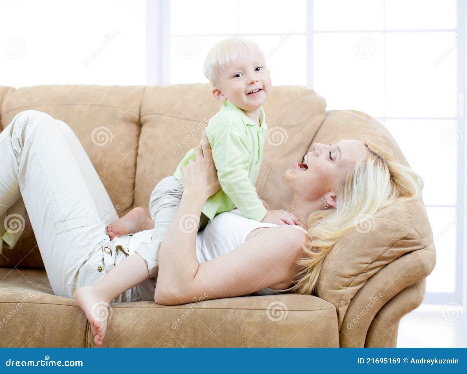 Секс сын трахает мать на диване, Порно русских мамочек, сын трахает маму 23 фотография