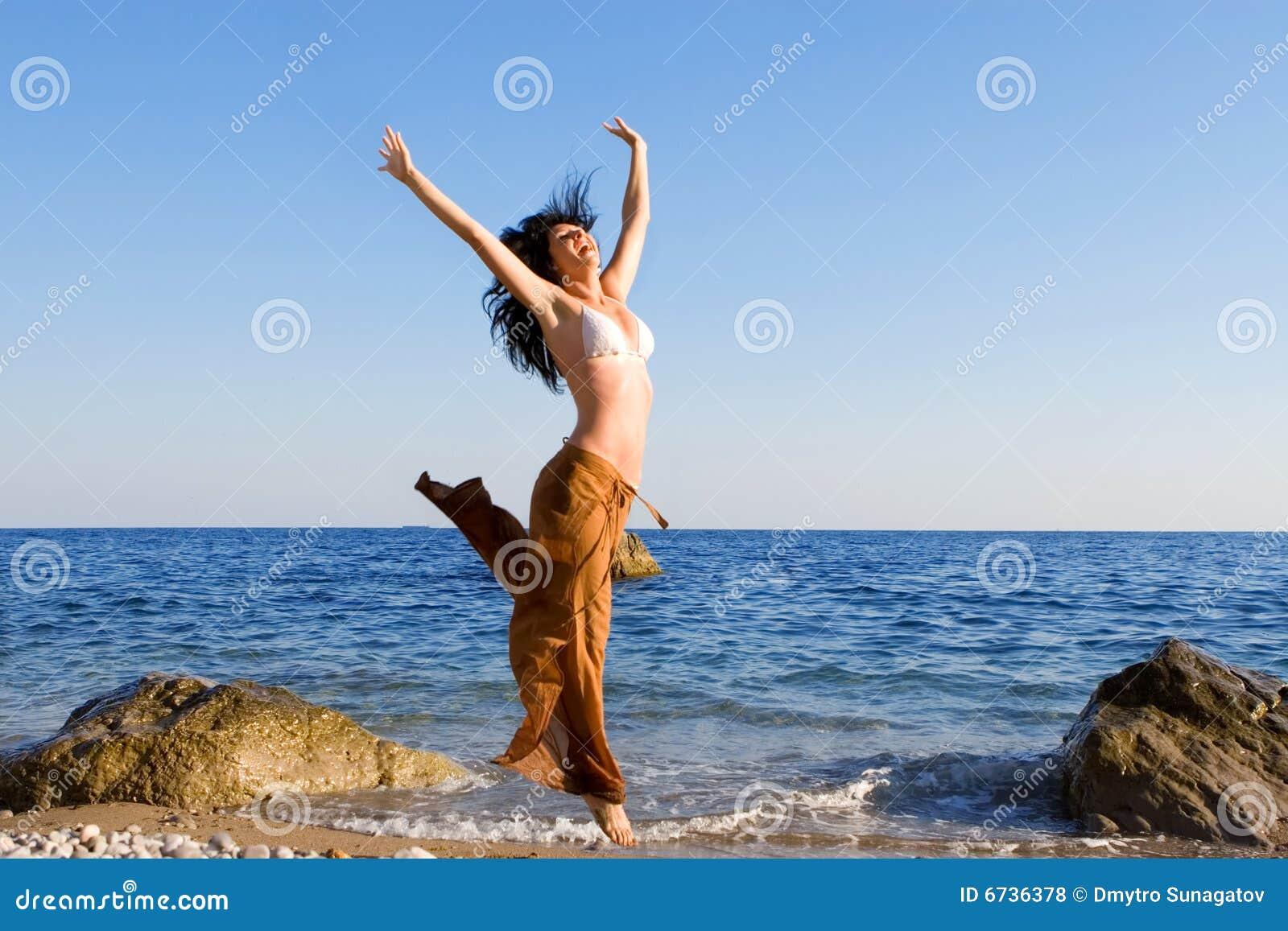 Танцы девушек на пляже 15 фотография