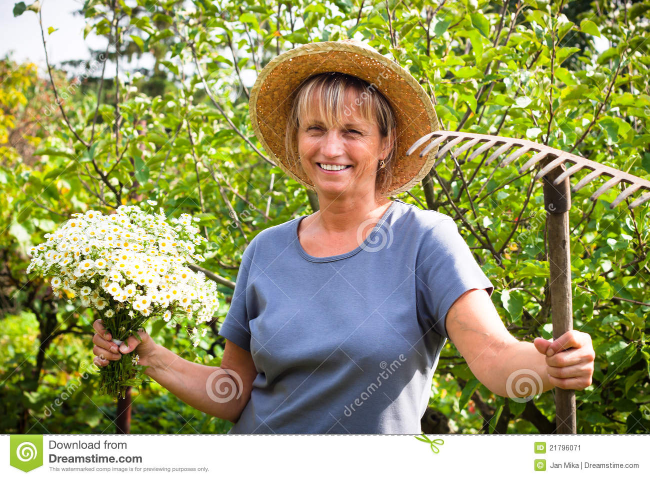 Happy woman gardening stock image image 21796071 - Outdoor tuinieren ...