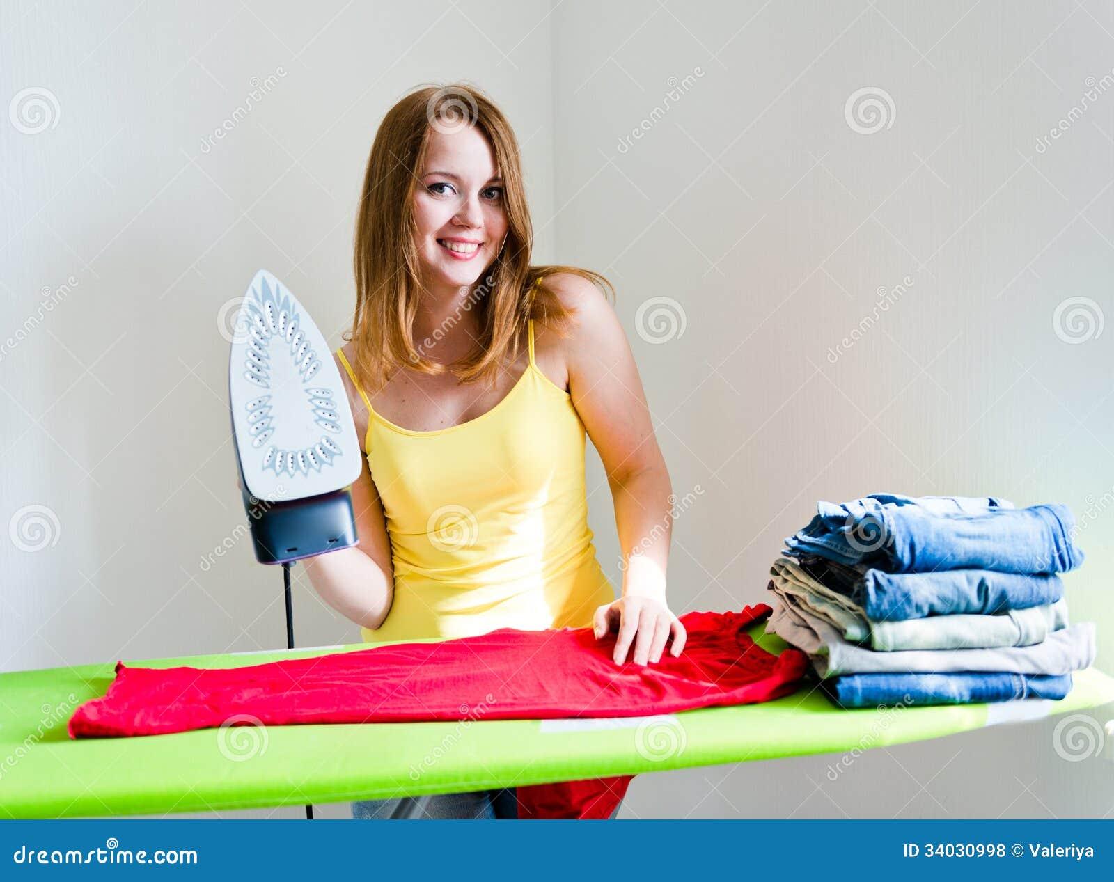 Девушка гладит фото