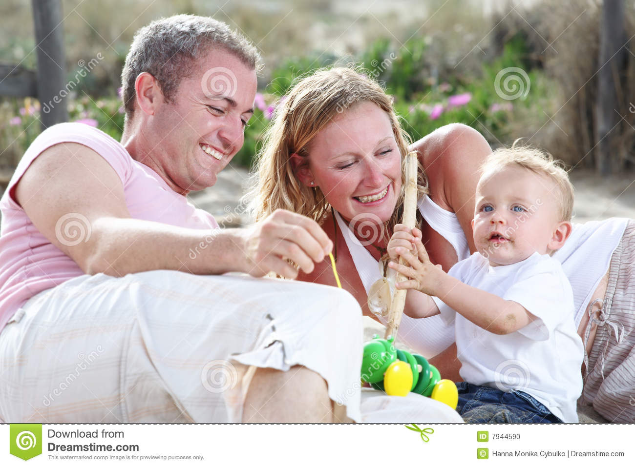 family friendly benefits Family-friendly benefits are a new concept to attract and retain key employees companies in the past often offered family days, like the annual company picnic, but today's companies go much further in.
