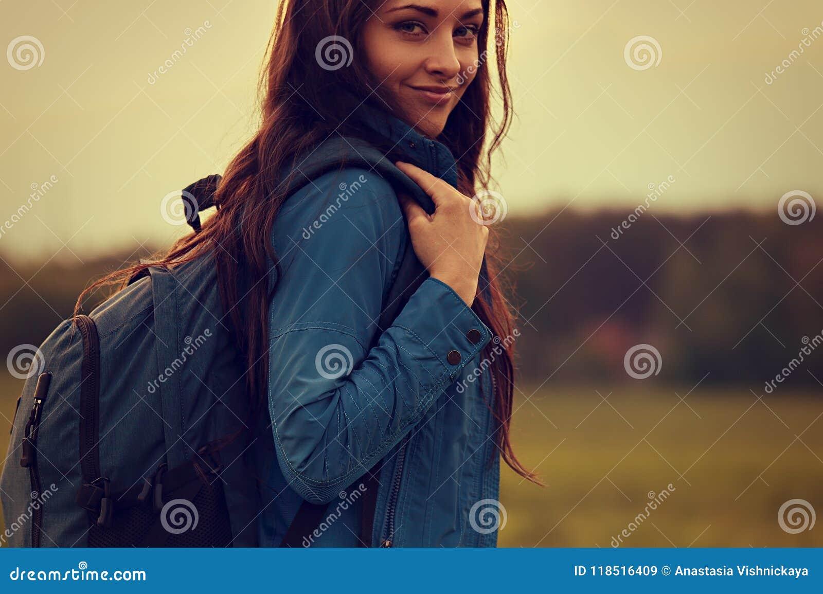 Har den äventyrliga kvinnan för den lyckliga fotvandringen en campa tur med blått