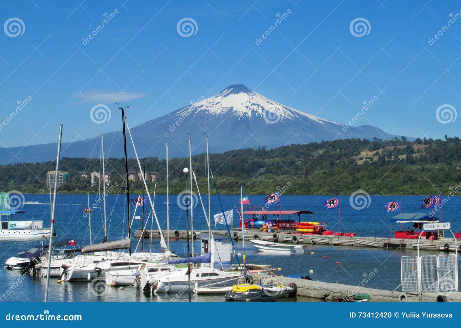 Harbour nel villaggio di Villarica, sul lago vicino al vulcano
