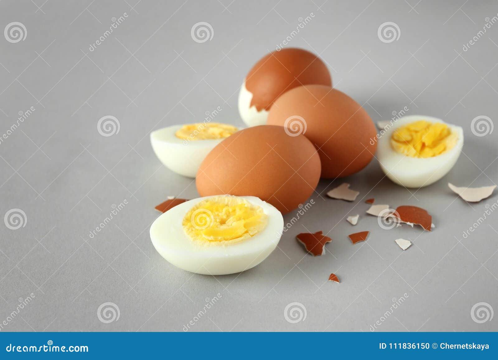 Harde gekookte eieren op grijze achtergrond