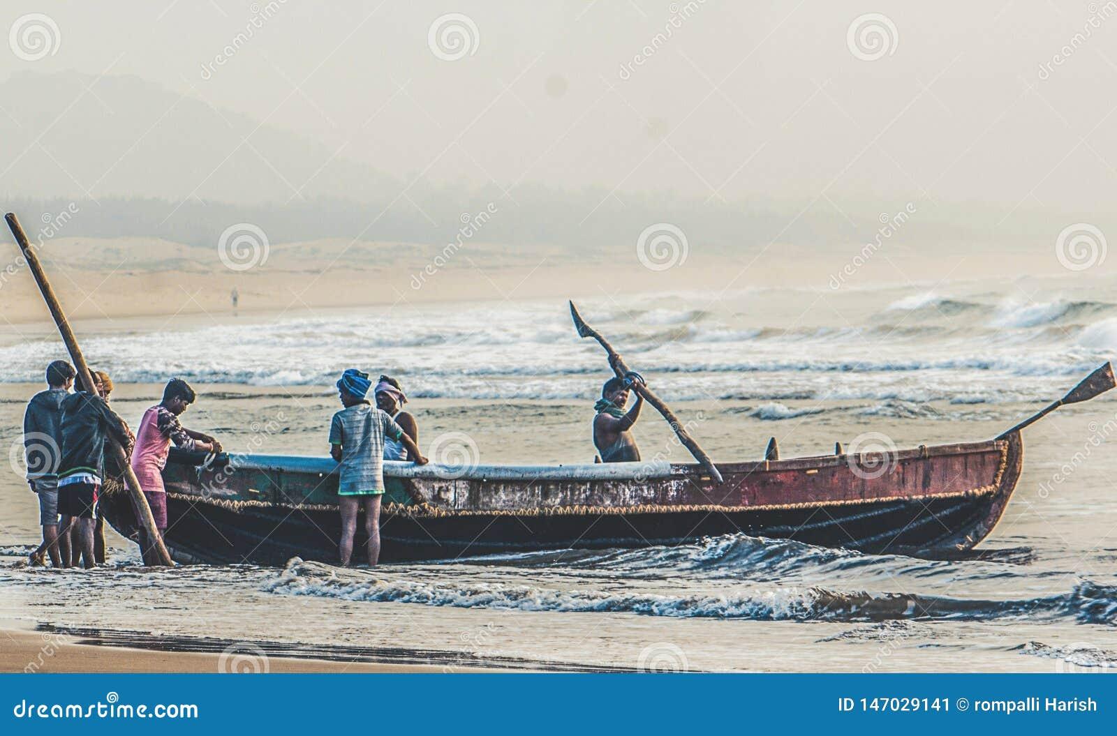 Hardwork fishermans w połowie przy oceanem