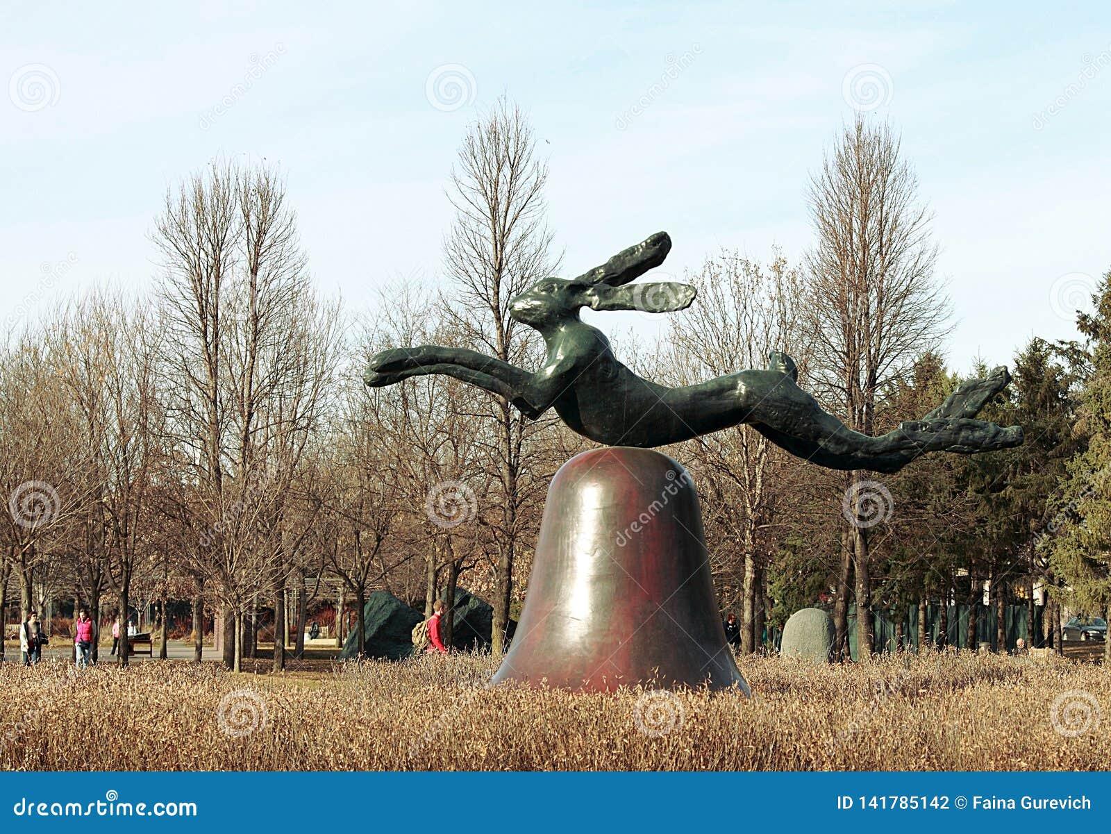 Hare på klocka på portland stenpir av Barry Flanagan på den Minneapolis skulpturträdgården
