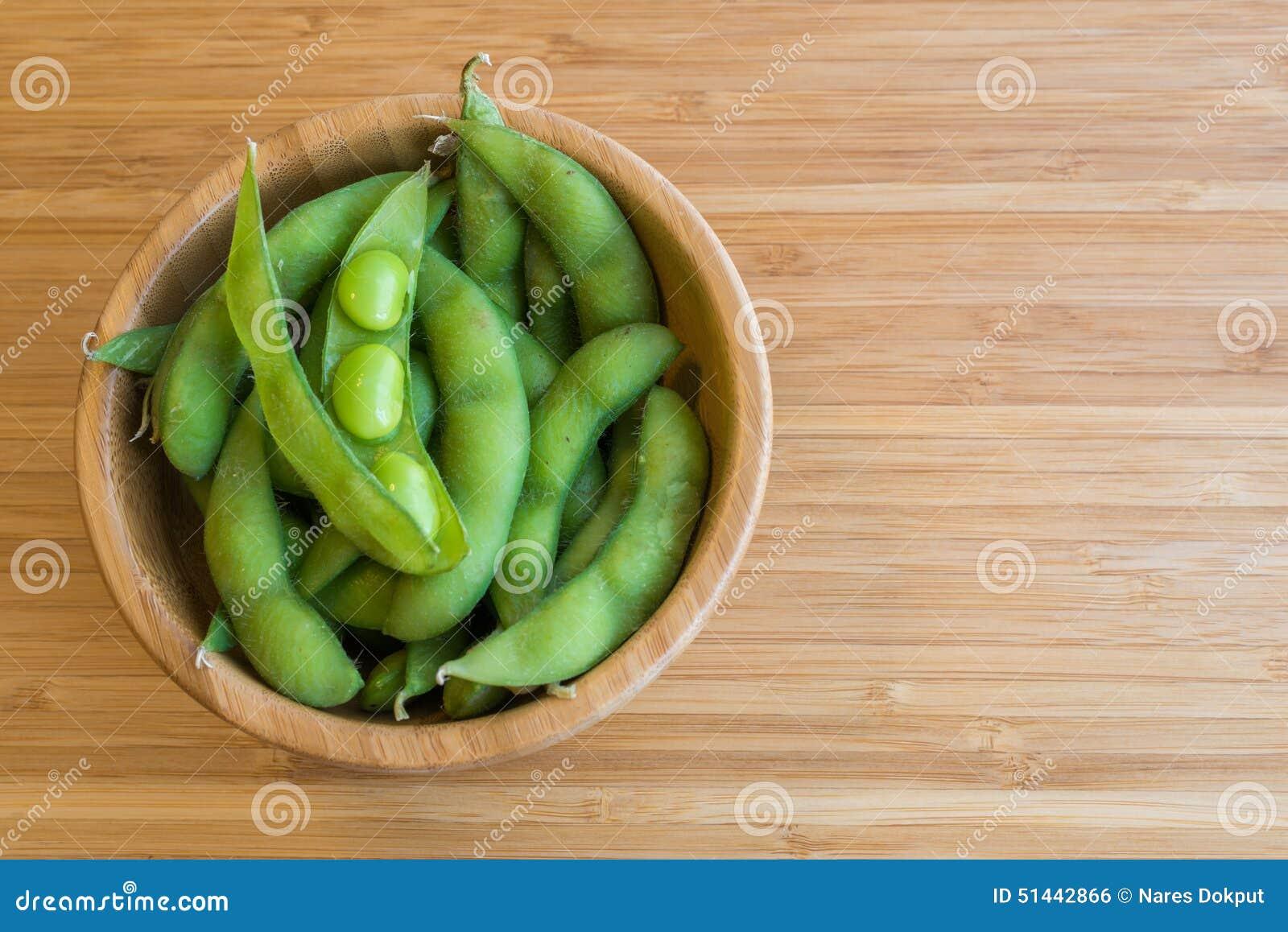 Haricot vert japonais de soja sur la table