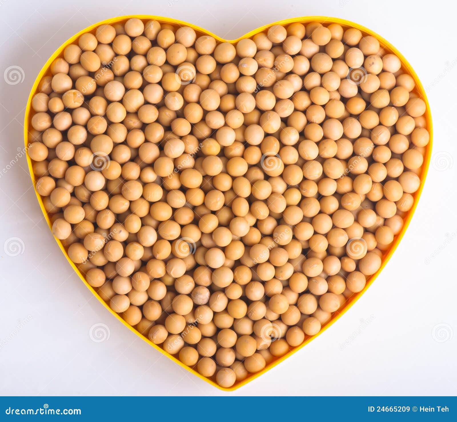 Haricots de soja de première vue à l arrière-plan de blanc de signe d amour