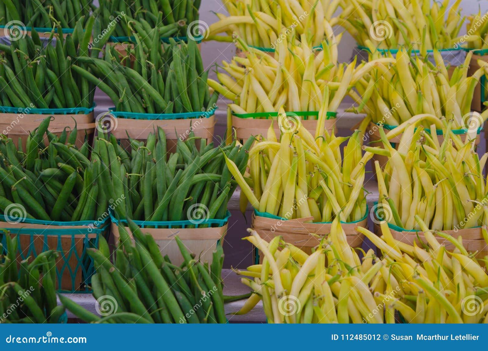 Haricots verts jaunes et verts dans les paniers en bois d agriculteurs au marché