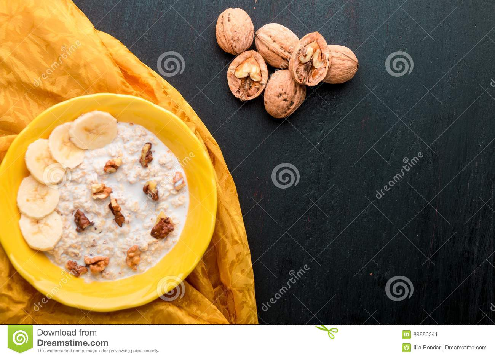 Harina de avena con las nueces y el plátano