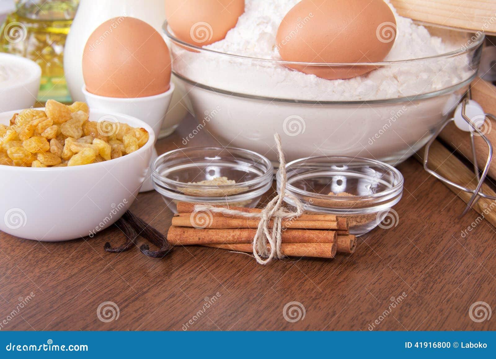 Harina, huevos, pasa, sésamo, vainilla y canela