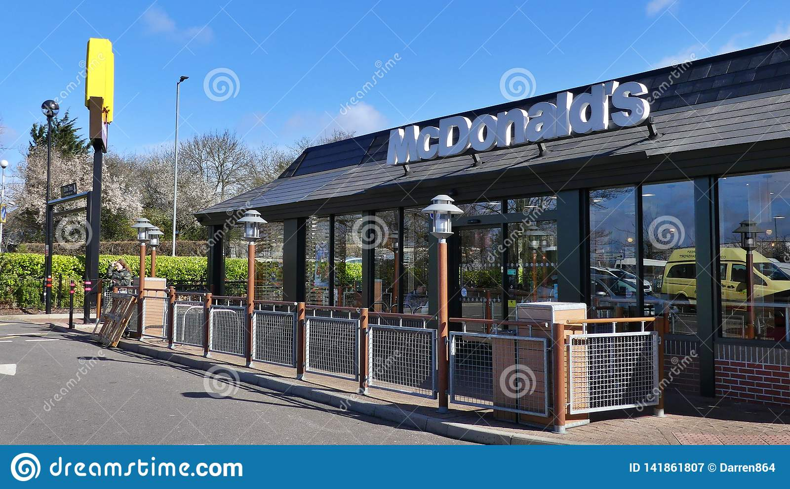 Harlow, England - 13. März 2019 Das McDonalds-Restaurant im Heftklammer-BindungsEinkaufszentrum, Logo zeigend