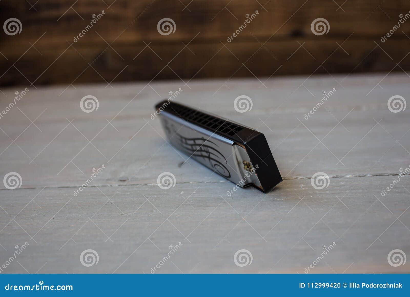 Harmonika op houten achtergrond